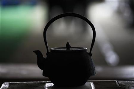 Tea is brewed in a traditional Japanese tea pot in Otsuchi March 15, 2011. REUTERS/Damir Sagolj