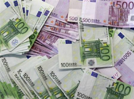 Euro notes are spread out at a bank branch in Madrid January 13, 2011. Fitch ratings agency declared Greece would be in temporary default as the result of a second bailout, which Athens said had bought it breathing space. REUTERS/Andrea Comas/Files
