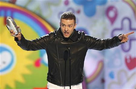 Justin Timberlake accepts the Big Help award at the 24th annual Nickelodeon Kids' Choice Awards in Los Angeles April 2, 2011. REUTERS/Mario Anzuoni