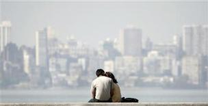 <p>A couple sits at the seafront in Mumbai in this December 11, 2007 file photo. REUTERS/Punit Paranjpe</p>