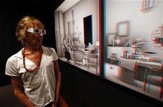 <p>Una persona observa una muestra de la artista israelí y cineasta Maya Zack en el museo judío de Nueva York, jul 29 2011. Zack utiliza tecnología 3D para recrear el apartamento de una familia judía del Berlín de la década de 1930, em una nueva exposición que explora cómo se recuerda el pasado. REUTERS/Mike Segar</p>