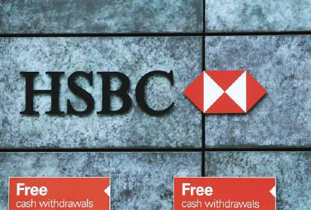 Free cash withdrawals are advertised outside a HSBC bank in the city of London March 1, 2010.REUTERS/Luke MacGregor/Files
