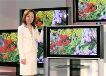 <p>Hitachi a annoncé qu'il allait externaliser l'ensemble de sa production de téléviseurs d'ici la fin de l'exercice fiscal en cours, le géant japonais de l'électronique anticipant une forte baisse de la demande dans un contexte de guerre des prix. /Photo d'archives/REUTERS</p>