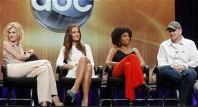 """<p>De izquierda a derecha: las actrices Rachael Taylor, Minka Kelly y Annie Ilonzeh junto al productor Al Gough durante la presentación de la serie """"Los ángeles de Charlie"""" en la girta de prensa de la cadena TCA en Beverly Hills, ago 7 2011. """"Los ángeles de Charlie"""" vuelven a la televisión estadounidense en septiembre en un remake de la serie clásica de la década de 1970 que, según los productores, devolverá a la tierra al trío de mujeres que luchan contra el delito. REUTERS/Fred Prouser</p>"""