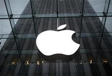 <p>Foto de archivo del logo de Apple ubicado en su tienda insigne en Nueva York, ene 18 2011. Apple Inc superó brevemente a Exxon Mobil Corp como la compañía más valiosa en Estados Unidos en capitalización bursátil, en una jornada de gran volatilidad en el mercado. REUTERS/Mike Segar</p>