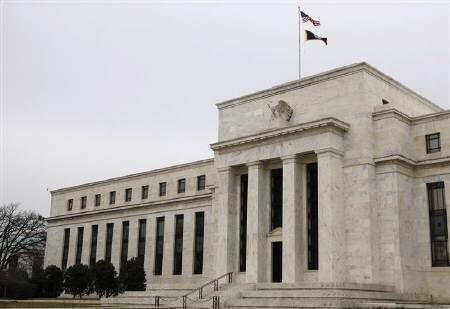 8月9日、米連邦準備理事会(FRB)は連邦公開市場委員会(FOMC)声明で、ぜい弱な景気や金融市場支援に向け、フェデラルファンド(FF)金利の誘導目標を今後少なくとも2年間は維持する方針を表明した。FRBビル(2011年 ロイター/Jason Reed)