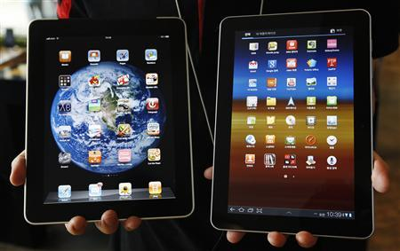 A Samsung Galaxy Tab 10.1 tablet (R) and an Apple iPad tablet in Seoul, August 10, 2011. REUTERS/Jo Yong-Hak