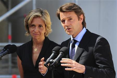 France's Finance and Economy Minister Francois Baroin (R) and Budget Minister and government spokesperson Valerie Pecresse speak to the media in the courtyard of the Elysee Palace after emergency talks on the economy in Paris, August 10, 2011. REUTERS/Julien Muguet