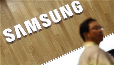 A man shops at a Samsung Electronics shop in Seoul July 29, 2011. REUTERS/Lee Jae-Won