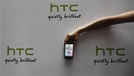 """<p>Foto de archivo de un teléfono móvil de la firma HTC durante su lanzamiento en Taipéi, mayo 27 2011. HTC, el quinto fabricante mundial de """"smartphones"""", dijo el lunes que triplicaría sus tiendas de distribución en China a 2.000 hacia finales de año, desde las 650 que posee en la actualidad. REUTERS/Pichi Chuang</p>"""