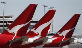 <p>Grounded Qantas planes are seen at Sydney's domestic airport June 22, 2011. REUTERS/Daniel Munoz</p>