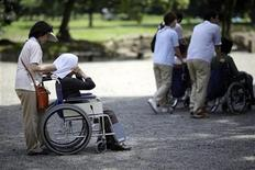 <p>Elderly people visit a public garden in Tokyo in this July 16, 2009 file photo. REUTERS/Thomas White/Files</p>
