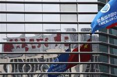 <p>Foto de archivo de un edificio de China Mobile en Pekín, sep 8 2010. China Mobile dijo que espera introducir pronto el iPhone de Apple a su red para acelerar la penetración de los servicios 3G, al tiempo que reportó ganancias para el primer semestre en el extremo más alto de las expectativas. REUTERS/Petar Kujundzic</p>