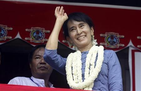 Aung San Suu Kyi, leader of Myanmar's democratic opposition, waves during the opening ceremony of Aungsan Jar-mon Library at Thanatpin township near Bago, 60 miles (97 km) north of Yangon August 14, 2011. REUTERS/Soe Zeya Tun