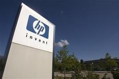 <p>Foto de archivo del logo de Hewlett-Packard a las afueras de su oficinas en Meyrin, Suiza, ago 4 2009. Las acciones de Hewlett-Packard caían un 11 por ciento antes de la apertura del mercado el viernes, un día después de que el mayor fabricante de computadoras personales del mundo anunció que escindirá esa unidad y de que redujo su panorama, por una revisión masiva de su negocio como consecuencia de un desalentador gasto en tecnología. REUTERS/Denis Balibouse</p>