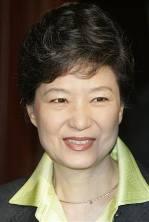Former chairwoman of South Korea's Grand National Party (GNP), Park Geun-hye arrives at a hotel for luncheon meeting with visiting U.S. Assistant Secretary of State Christopher Hill in Seoul January 9, 2008. REUTERS/Lee Jae-Won