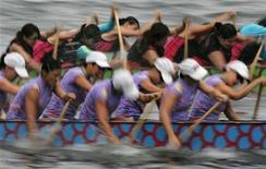 <p>Teams compete during the Hong Kong International Dragon Boat Races at the Victoria Harbour in Hong Kong June 24, 2007. REUTERS/Paul Yeung</p>