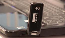 <p>Le groupe Free a déposé un recours auprès du Conseil d'Etat concernant les conditions d'attribution par le gouvernement des licences de téléphonie mobile 4G, selon le site du quotidien Le Figaro. /Photo d'archives/REUTERS/Tobias Schwarz</p>