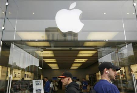 Pedestrians walk past an Apple retail store in San Francisco, California August 24, 2011. REUTERS/Robert Galbraith