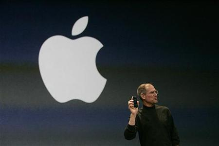 Steve Jobs holds the new iPhone in San Francisco, January 9, 2007. REUTERS/Kimberly White