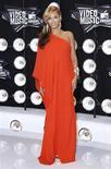 <p>La cantante Beyoncé a su llegada a la entrega de los premios MTV en Los Angeles, ago 28 2011. La cantante Beyoncé anunció en los premios MTV Video Music Awards que está esperando un bebé, y se presentó ante los fotógrafos mostrando una incipiente barriga bajo su largo vestido. REUTERS/Danny Moloshok</p>