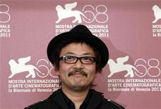 """<p>El director Sion Sono posa para una fotografía promocional de su cinta """"Himizu"""" en el Festival de Cine de Venecia, Italia, sep 6 2011. La película japonesa """"Himizu"""" es una retorcida historia de abusos, violencia y juventud perdida ambientada con el telón de fondo de la devastación provocada por el terremoto y tsunami del 11 de marzo. REUTERS/Eric Gaillard</p>"""