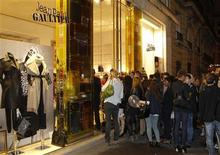 <p>Shoppers waiting at the front of the Jean-Paul Gaultier store during the Vogue Fashion's Night Out event in Paris September 8, 2011. REUTERS/Benoit Tessier</p>