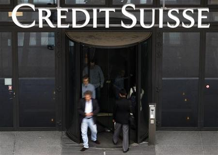 Employees enter and leave a Credit Suisse building in Zurich, July 28, 2011. REUTERS/Christian Hartmann