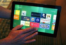 <p>Microsoft a dévoilé mardi une version expérimentale de Windows 8, lors de sa conférence annuelle de développeurs à Anaheim, en Californie, espérant ainsi attiser l'intérêt autour de ce nouveau système d'exploitation conçu pour fonctionner indifféremment sur un ordinateur ou une tablette tactile. /Photo prise le 13 septembre 2011/REUTERS/Alex Gallardo</p>