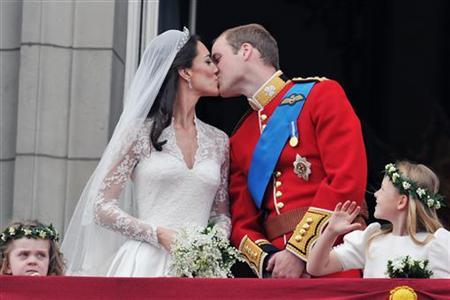 Britain's Prince William and his wife Catherine, Duchess of Cambridge kiss on the balcony of Buckingham Palace, following their wedding at Westminster Abbey in London April 29, 2011. REUTERS/John Stillwell/Pool