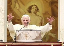 <p>Pope Benedict XVI waves as he leads the Sunday angelus prayer from the balcony of his summer residence in Castelgandolfo in southern Rome September 18, 2011. REUTERS/Tony Gentile</p>