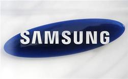 <p>Foto de archivo del logo de Samsung Electronics en su casa matriz de Seúl, mar 19 2010. Samsung Electronics está considerando acciones legales para prohibir las ventas del nuevo iPhone de Apple, dijo el martes una fuente con conocimiento del asunto, en lo que podría ser su paso más enérgico para defenderse de acusaciones de la firma estadounidense. REUTERS/Lee Jae-Won</p>