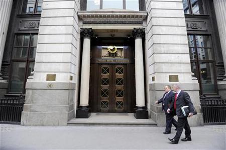 Men walk past the London Metal Exchange (LME) in London, July 22, 2011. REUTERS/Paul Hackett