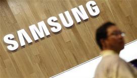 <p>Imagen de archivo de un hombre realizando sus compras al interior de una tienda de artículos electrónicos de Samsung en Seúl, jul 29 2011. Samsung Electronics y Apple libraron la más reciente de sus disputas por patentes el lunes, cuando la firma coreana instó a un tribunal holandés a prohibir el iPad y el iPhone de Apple en el país. REUTERS/Lee Jae-Won</p>
