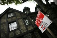 <p>A home is put up for sale in downtown Montreal, July 14, 2009. REUTERS/Shaun Best</p>