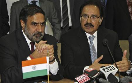 Pakistan's Trade Minister Makhdoom Amin Fahim speaks as his Indian counterpart Anand Sharma (L) watches during a joint news conference after their meeting in New Delhi September 28, 2011.  REUTERS/B Mathur