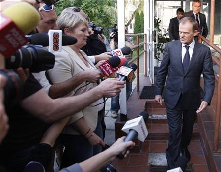 Poland's Prime Minister Donald Tusk (R) arrives for a media briefing following a meeting with soccer fans in Warsaw September 26, 2011.REUTERS/Peter Andrews