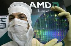 <p>Foto de archivo de un técnico de la firma AMD con una lámina de procesadores en Dresden, Alemania, oct 24 2006. El débil pronóstico para el tercer trimestre que entregó Advanced Micro Devices Inc llevó a muchos analistas de Wall Street a recortar su recomendación para las acciones del fabricante de chips, porque temen por los problemas de producción de la compañía y una rotación de directivos. REUTERS/Fabrizio Bensch</p>