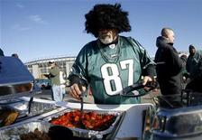 <p>A Philadelphia Eagles fan helps himself to some hot dogs during a tailgate party before the Indianapolis Colts versus the Philadelphia Eagles game in Philadelphia, Pennsylvania November 7, 2010. REUTERS/Tim Shaffer</p>