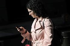 <p>Un nombre croissant d'opérateurs télécoms choisissent de s'attaquer au problème de la saturation des infrastructures mobiles en s'appuyant sur les millions de box installées chez les abonnés pour créer à moindre coût des réseaux sans fil alternatifs. /Photo d'archives/REUTERS/Natalie Behring</p>