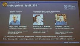 <p>صور العلماء الثلاثة الفائزين بجائزة نوبل للفيزياء خلال الاعلان عنها في ستوكهولم يوم الثلاثاء - صورة لرويترز للاستخدام التحريري فقط ويحظر بيعها للحملات التسويقية أو الدعائية</p>