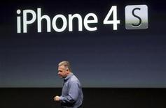 """<p>El jefe de márketing de Apple, Philip Schiller, durante la presentación del iPhone 4S en la casa matriz de la firma en Cupertino, EEUU, oct 4 2011. pple presentó el martes el iPhone 4S, una nueva versión del popular dispositivo, que la compañía dijo es """"completamente nuevo en su interior"""", pero sus acciones cayeron hasta un 4 por ciento tras el anuncio. REUTERS/Robert Galbraith</p>"""