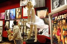 <p>A visitor looks at a sculpture of Marilyn Monroe in the showroom of Drouot auction house in Paris May 15, 2009. REUTERS/Charles Platiau</p>