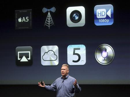 Philip Schiller, Apple's senior vice president of Worldwide Product Marketing, speaks about new features on the iPhone 4S at Apple headquarters in Cupertino, California October 4, 2011. REUTERS/Robert Galbraith