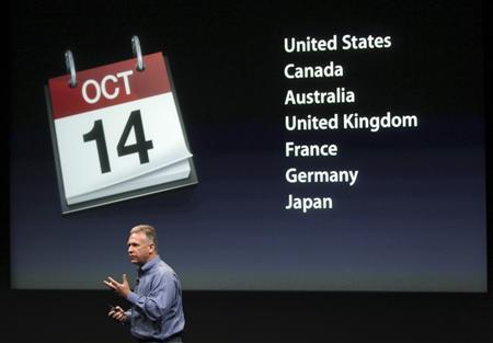 Philip Schiller, Apple's senior vice president of Worldwide Product Marketing, speaks about the release date for the iPhone 4S at Apple headquarters in Cupertino, California October 4, 2011. REUTERS/Robert Galbraith