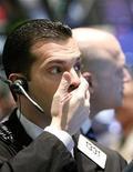 <p>Foto de archivo de un operador en el parqué de Wall Street en Nueva York, mayo 26 2009. Las acciones de Apple caían casi 1 por ciento el jueves antes de la apertura del mercado a 375,24 dólares, un día después de la muerte de su co-fundador y ex presidente ejecutivo Steve Jobs. REUTERS/Brendan McDermid</p>