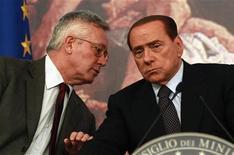 <p>Il presidente del Consiglio Silvio Berlusconi in conferenza stampa a Palazzo Chigi con il ministro dell'Economia Giulio Tremonti. REUTERS/Tony Gentile</p>