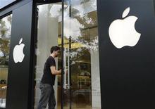 <p>La justice australienne a ordonné jeudi l'interdiction temporaire des ventes de la dernière tablette tactile de Samsung, offrant à son rival Apple une nouvelle victoire dans la bataille mondiale entre les deux groupes. /Photo d'archives/REUTERS/Jason Reed</p>