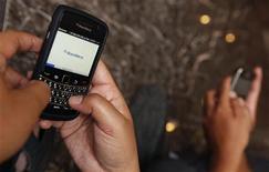 <p>Research In Motion s'active fiévreusement pour rétablir un fonctionnement normal de la messagerie de ses Blackberry, fortement perturbée depuis trois jours, un incident jugé assez grave pour que des changements radicaux soient réclamés à la direction de l'entreprise canadienne. /Photo d'archives/REUTERS/Enny Nuraheni</p>