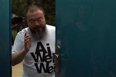 """<p>El artista chino Ai Weiwei en la entrada de su estudio en Pekín, jun 23 2011. China criticó el jueves a una revista británica de arte contemporáneo por nombrar al disidente Ai Weiwei como la persona más poderosa del mundo del arte, afirmando que la elección es """"políticamente parcial"""" y que va en contra de los principios de la publicación. REUTERS/David Gray</p>"""